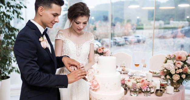 Wedding Cakes That Are Overflowing With Sweetness